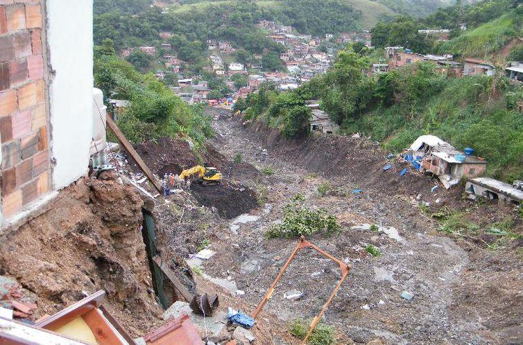 Vista do Morro do Bumba, onde casas à beira da cratera ainda ameaçam desabar