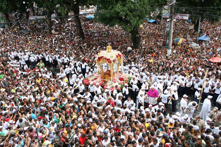 Turistas e romeiros unidos pela fé e encanto do Círio de Nazaré em Belém