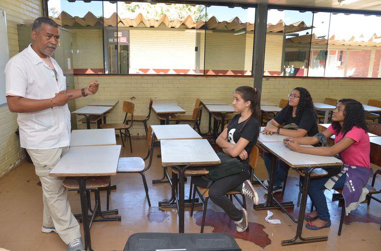 Professor Jairo de Souza diz que a família pode ajudar