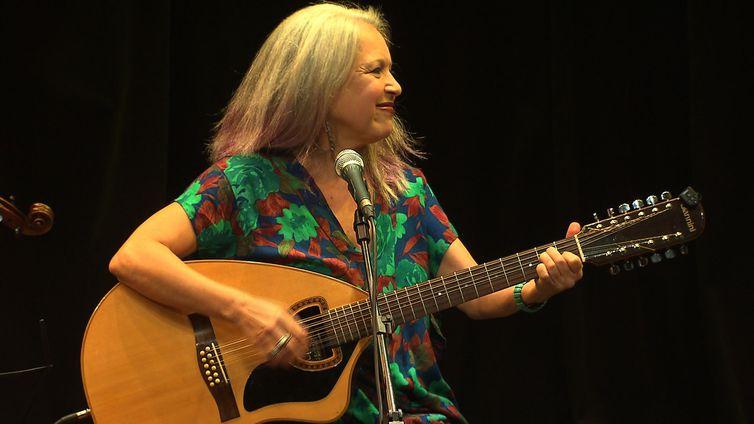 Dona de um dos agudos mais famosos da música brasileira, Tetê se apresenta no Todas as Bossas