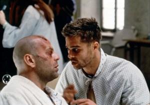 Bruce Willis e Brad Pitt em cena do longa 12 Macacos