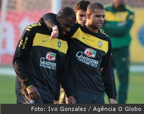 Ao lado de Grafite no treino deste domingo, Felipe Melo não está confirmado