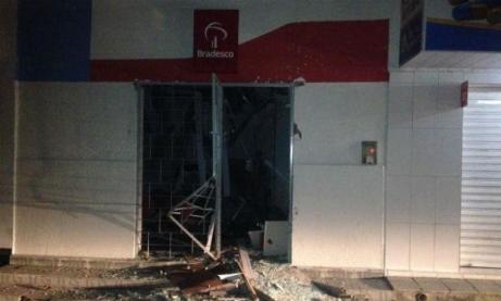 Resultado de imagem para Criminosos explodem caixa eletrônico em posto de atendimento bancário em Iati
