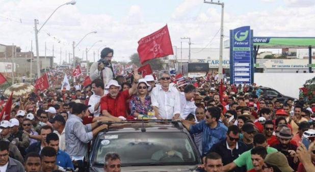 Lula seguiu em carro aberto do Rio Paraíba até o Centro de Monteiro (Foto: Divulgação)