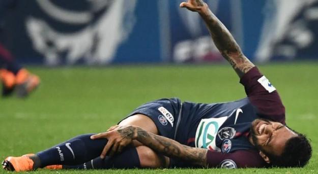 Resultado de imagem para Daniel Alves contundido antes da copa