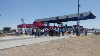 Bloquean autopista para exigir apoyos a la Sezac y la Sedesol