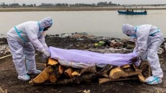 Atrapan cadáveres humanos con una red en el río Ganges