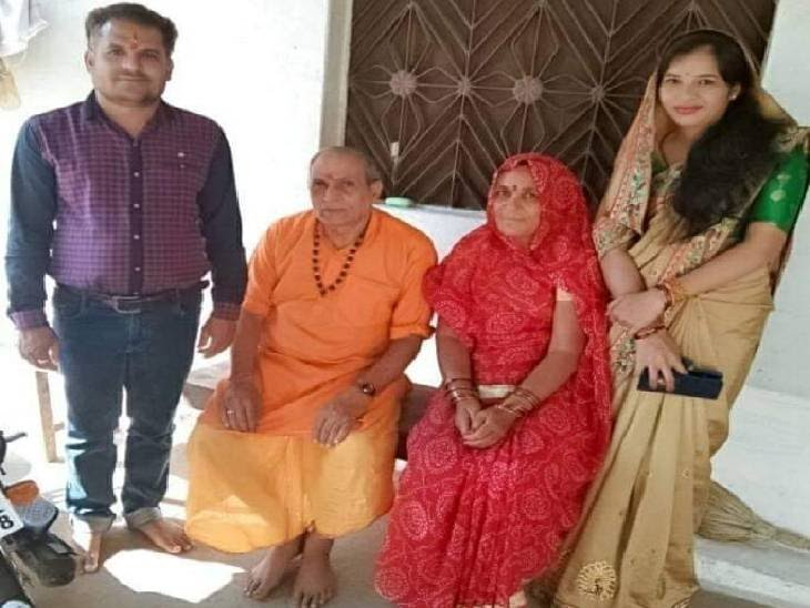 चेकदार शर्ट में अवधेश दुबे (38) , बगल में पिता, मां और पत्नी के साथ फोटो में। - Dainik Bhaskar