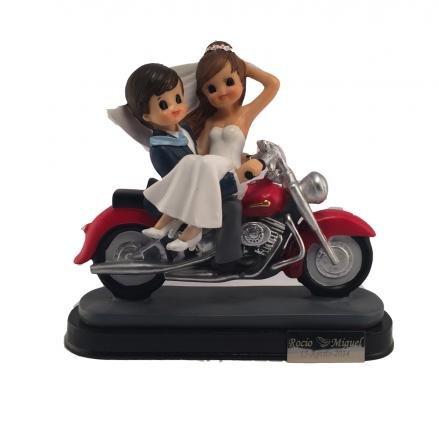 Figura de novios en moto con placa personalizada grabada con nombres y fecha
