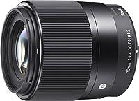 L'ouverture F1.4 pour votre hybride L'objectif standard à grande ouverture SIGMA 30mm f/1.4 DC DN Contemporary permet aux possesseurs de boîtiers hybrides de vivre l'expérience de la photographie à la très grande ouverture F1.4. Ils profiteront des s...