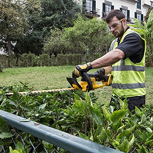 The DEWALT DCM563P1-GB 18V XR Cordless Hedge Trimmer delivers the power you need for tough trimming projects without the inconvenience of fuel or cables. This tool is marketed as the professional-grade option and indeed, it has the features to suggest so.