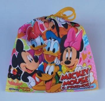 駄菓子詰め合わせをディズニーの巾着に入れて贈る