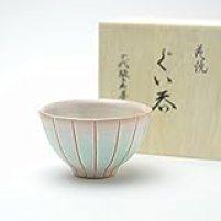 Hagi yaki Japanese ceramic. Guinomi Sake cup made by Zenemon Sakakura. Wooden box.