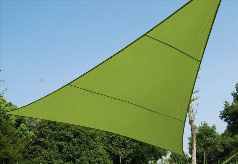 Une toile en triangle verte est très jolie si vous êtes dehors dans l'après-midi