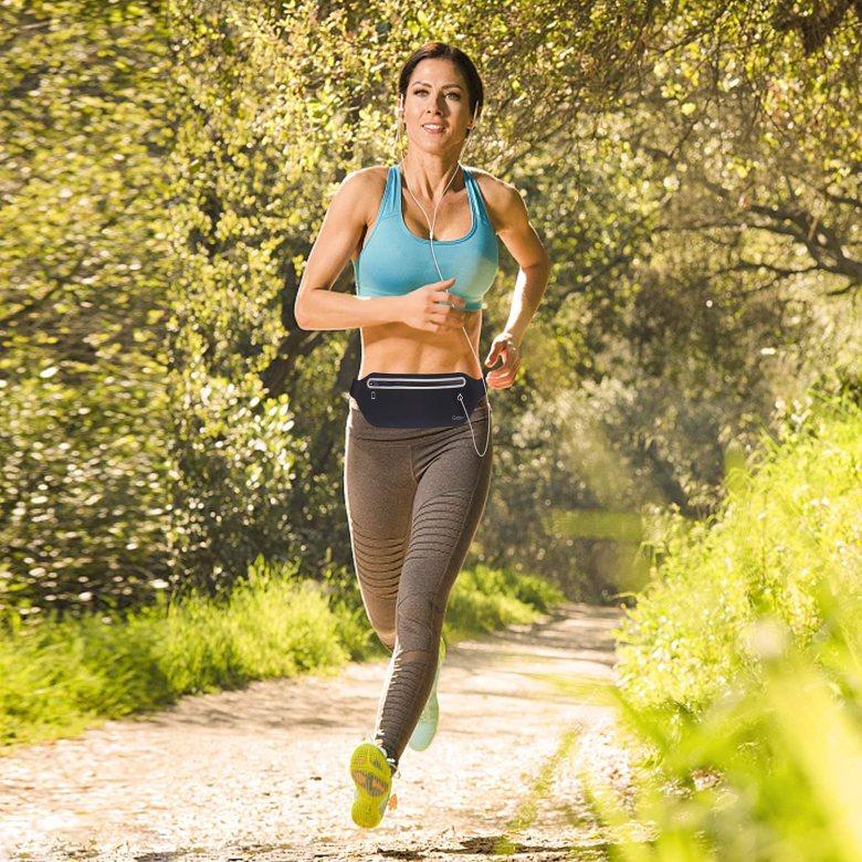donna che corre con auricolari e marsupio