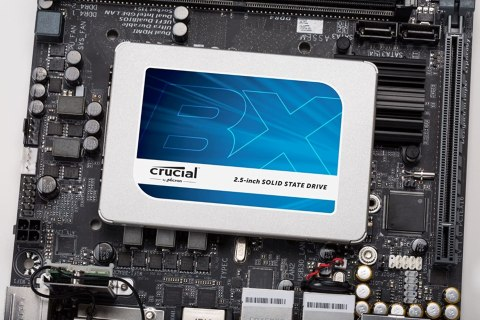 Crucial SSD BX300 背景はマザーボード
