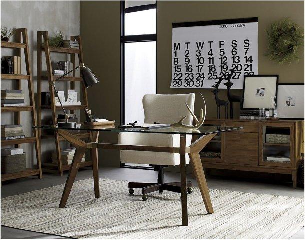Espacio grande de oficina con muebles tipo mid century y modernos. Se ve el 2018 Stending Wall Calendar de Massimo Vignelli en la pared del fondo justo arriba de un mueble tipo credenza.