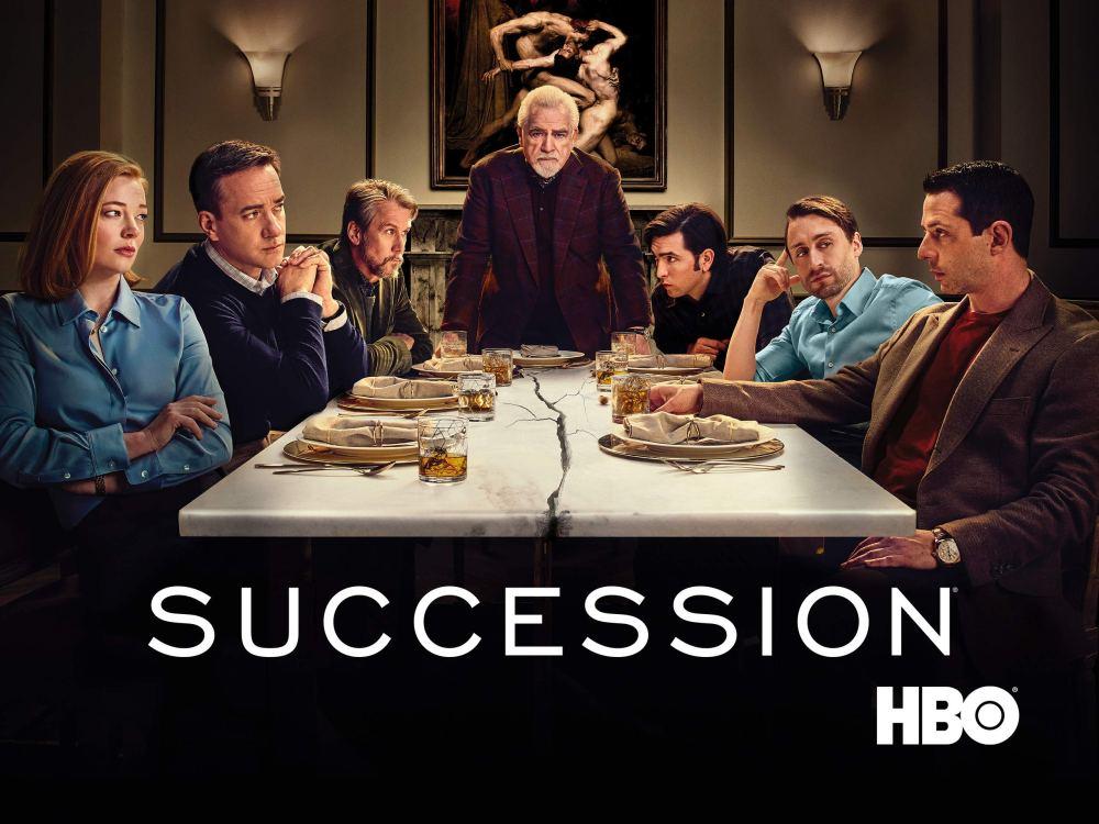 Pôster da série Sucession, com os personagens sentados em uma mesa rachada ao meio.