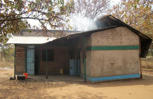 Cozinha existente com nova cobertura e forno com queima eficiente de madeira; Cortesia de Charles Newman do blog Afritekt