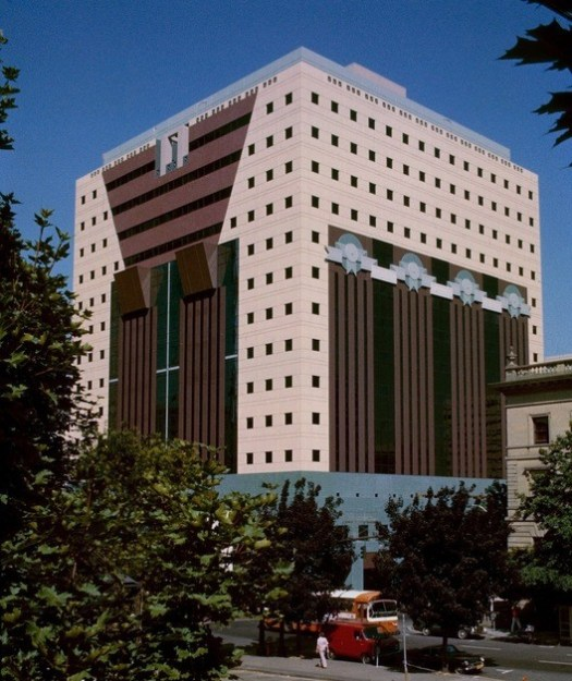 Portland Building (1982). Image © <a href='https://commons.wikimedia.org/wiki/File:Portland_Building_1982.jpg'>Wikimedia user Steve Morgan</a> licensed under <a href='https://creativecommons.org/licenses/by-sa/3.0/deed.en'>CC BY-SA 3.0</a>
