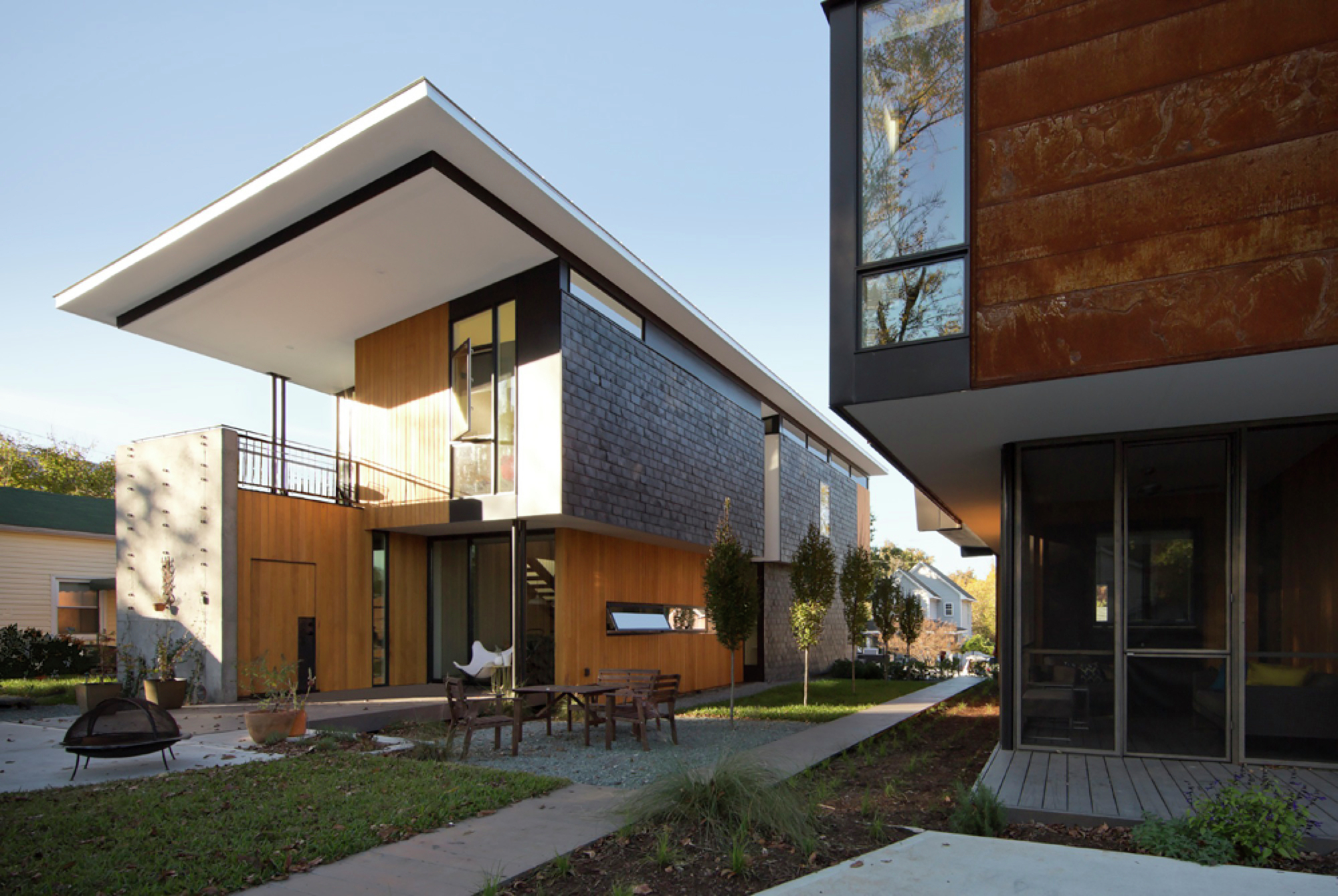 Compact Modern Duo / The Raleigh Architecture Co.