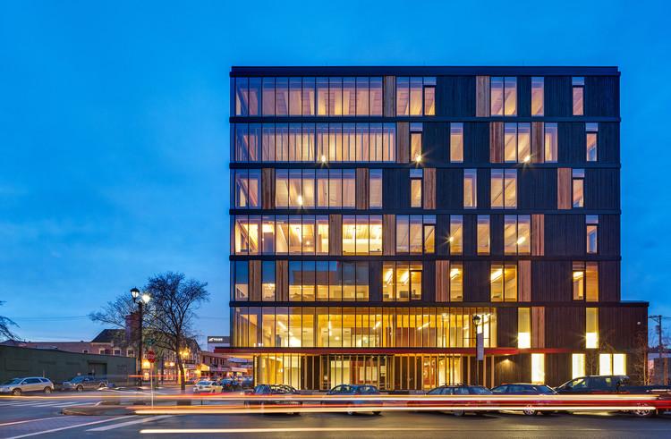 O Innovation Design Center de Michael Green Architecture foi o primeiro edifício de madeira em altura no Canadá. Imagem © Ema Peter