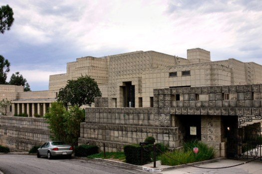Ennis House. Image © <a href='https://commons.wikimedia.org/wiki/File:Ennis_House_front_view_2005.jpg'>Wikimedia user Mike Dillon</a> licensed under <a href='https://creativecommons.org/licenses/by-sa/3.0/deed.en'>CC BY-SA 3.0</a>