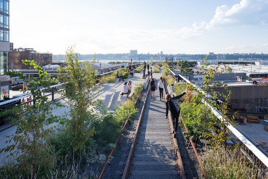 The High Line in New York, by James Corner Field Operations with Diller Scofidio + Renfro. Amenities such as greenways are good for sustainability on a local level, but they have negative effects on a wider level that most cities fail to measure. Image © Iwan Baan, 2014 (Section 3)