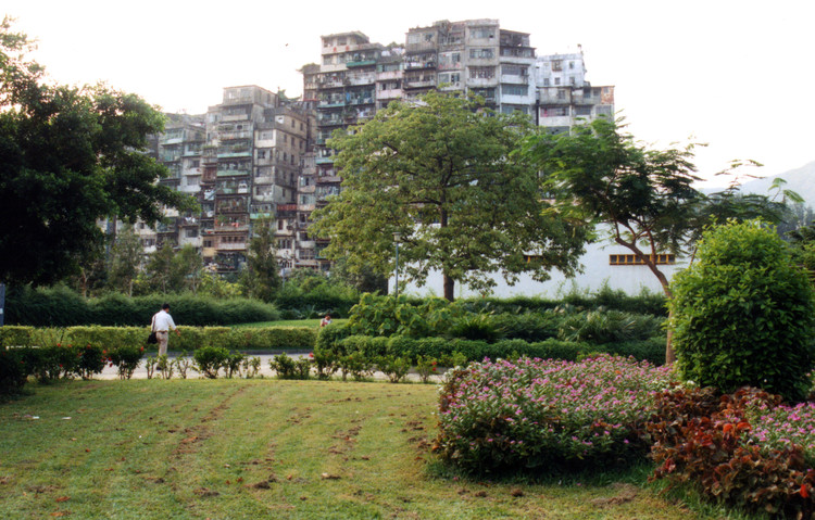 Kowloon Walled City in 1991. Image © <a href='https://commons.wikimedia.org/wiki/File:Kowloon_Walled_City_-_1991.jpg'>Roger Price via Wikimedia</a> licensed under <a href='https://creativecommons.org/licenses/by/2.0/deed.en'>CC BY 2.0</a>