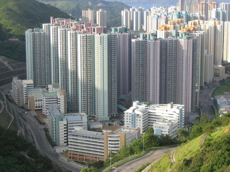 Kin Ming Estate. Image © <a href='https://commons.wikimedia.org/wiki/File:Kin_Ming_Estate.jpg'>Wikimedia user Baycrest</a> licensed under <a href='https://creativecommons.org/licenses/by-sa/2.5/deed.en'>CC BY-SA 2.5</a>