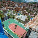 © José Bastidas / Pico Collective Courtesy of Curry Stone Design Prize. ImageCustomized size and shape basketball court. La Ye 5 de Julio, Petare, Caracas
