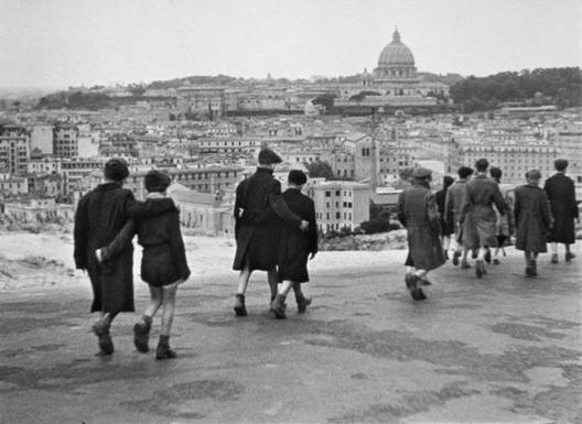 Rome, Open City. Director: Roberto Rossellini. Distributor: Image Entertainment, 1945. 1 DVD (103 min). Source: https://www.tomshw.it/files/2011/02 /immagini/29608/