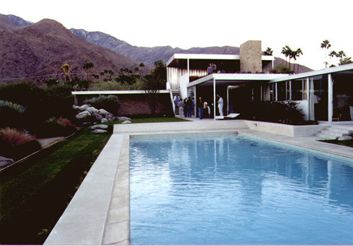 Kaufmann House, 1947. Image © Barbara Alfors 2000 <a href='https://commons.wikimedia.org/wiki/File:Kaufman_House_Palm_Springs.jpg'>via Wikimedia</a? licensed under <a href='https://creativecommons.org/licenses/by-sa/3.0/deed.en'>CC BY-SA 3.0</a>