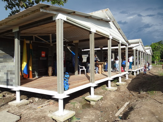 Temporary shelter in Guapi (Colombia) for 42 families displaced by armed conflict.. Image Courtesy of Conceptos Plásticos