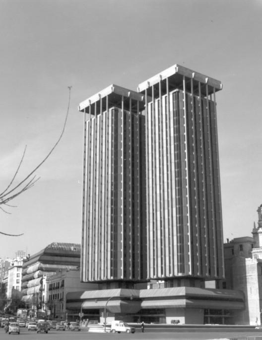 Torres Colón. Image vía Antonio Lamela [Wikipedia], bajo licencia CC BY-SA 4.0