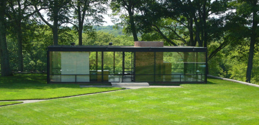 © <a href='https://commons.wikimedia.org/wiki/File:Glasshouse-philip-johnson.jpg'>Wikimedia user Staib</a> licensed under <a href='https://creativecommons.org/licenses/by-sa/3.0/deed.en'>CC BY-SA 3.0</a>