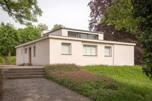 Despite being surrounded by other spaces, the raised clerestory of the living room makes it instantly visible as one approaches the house. ImageCourtesy of Freundeskreis der Bauhaus-Universität Weimar e. V.