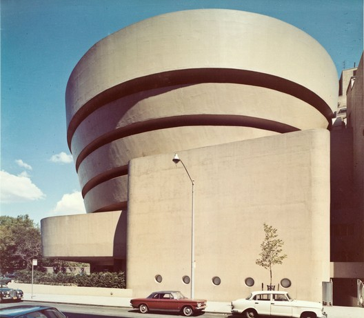 Solomon R. Guggenheim Museum in 1959, with the original yellow-brown painted facade. Image © Robert E. Mates