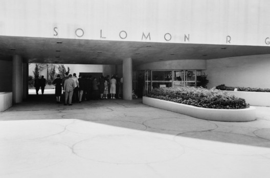 View from Fifth Avenue of the original driveway and entrance to the Solomon R. Guggenheim Museum, 1959. Image © William H. Short