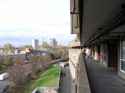 Robin Hood Gardens. Image © <a href='https://www.flickr.com/photos/98115025@N00/3058342144'>Flickr user stevecadman</a> licensed under <a href=https://creativecommons.org/licenses/by-sa/2.0/'>CC BY-SA 2.0</a>