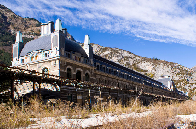 © <a href='https://commons.wikimedia.org/wiki/File:Canfranc_Station_Color.jpg'>Usuário Wikimedia Alberto Pascual</a> licença <a href='https://creativecommons.org/licenses/by-sa/3.0/deed.en'>CC BY-SA 3.0</a>
