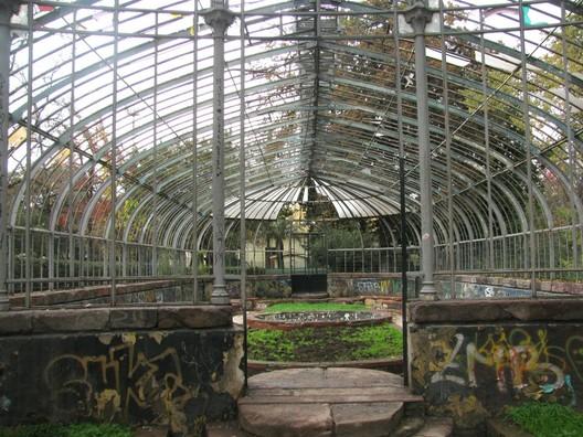 Invernadero Quinta Normal. Image via Plataforma Urbana