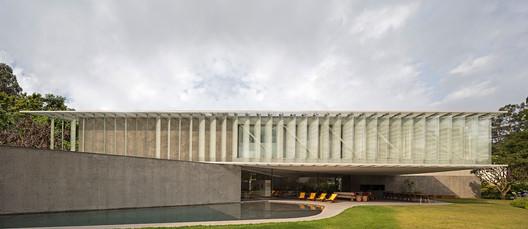 Villa: Bernardes Arquitetura / Triangle House. Image Courtesy of WAF