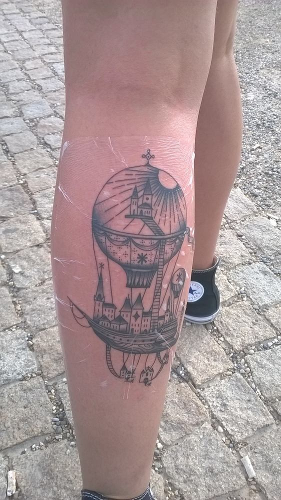 118 impresionantes tatuajes de arquitectura,Mariana Fiúza. <a href='https://www.facebook.com/photo.php?fbid=10208973283118999&set=p.10208973283118999&type=3&theater'>Via Facebook</a>
