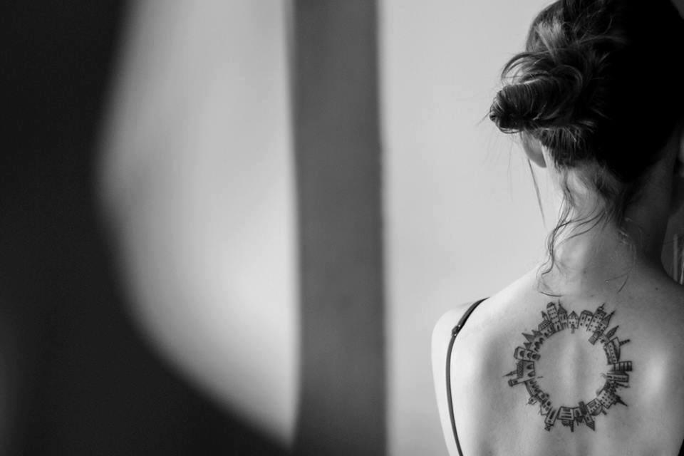 118 impresionantes tatuajes de arquitectura,Carolina Tessaroli Brandl. <a href='https://www.facebook.com/photo.php?fbid=10209891135570519&set=p.10209891135570519&type=3&theater'>Via Facebook</a>