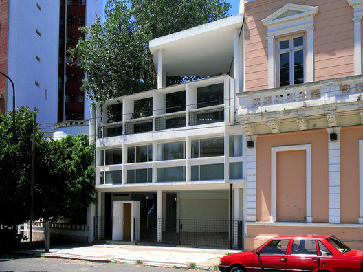Casa Curutchet with its existing context. Image © <a href='http://commons.wikimedia.org/wiki/File:Casa_Curutchet_y_edificio_lindero.jpg'>Pedro Paulo Palazzo</a> licensed under <a href='http://https://creativecommons.org/licenses/by-sa/3.0/deed.en'>CC BY-SA 3.0</a>