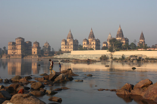 The town of Orchha on the banks of the Betwa River, India. Image © <a href='https://www.flickr.com/photos/azwegers/6309463151'>Flickr user Arian Zwegers</a> licensed under <a href=' https://creativecommons.org/licenses/by/2.0/'> CC BY 2.0</a>