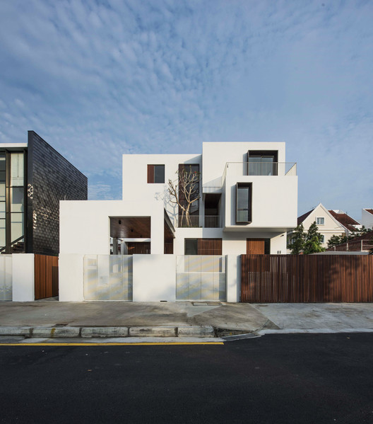 Facade. Image Courtesy of Ming Architects