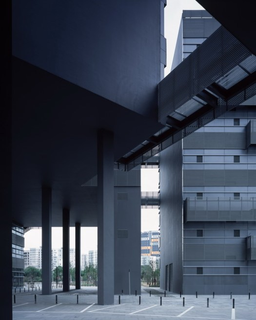 Connect the two green courtyards with three-story-height elevated space. Image © Hao Chen