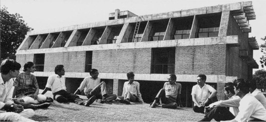 Balkrishna V. Doshi with students at School of Architecture, CEPT , Ahmedabad, c . 1970s.. Imagevia India: Modern Architectures in History by Peter Scriver, Amit Srivastava